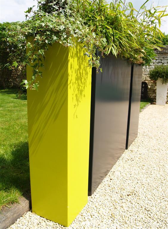 Bacs à plantes jaune et noirs