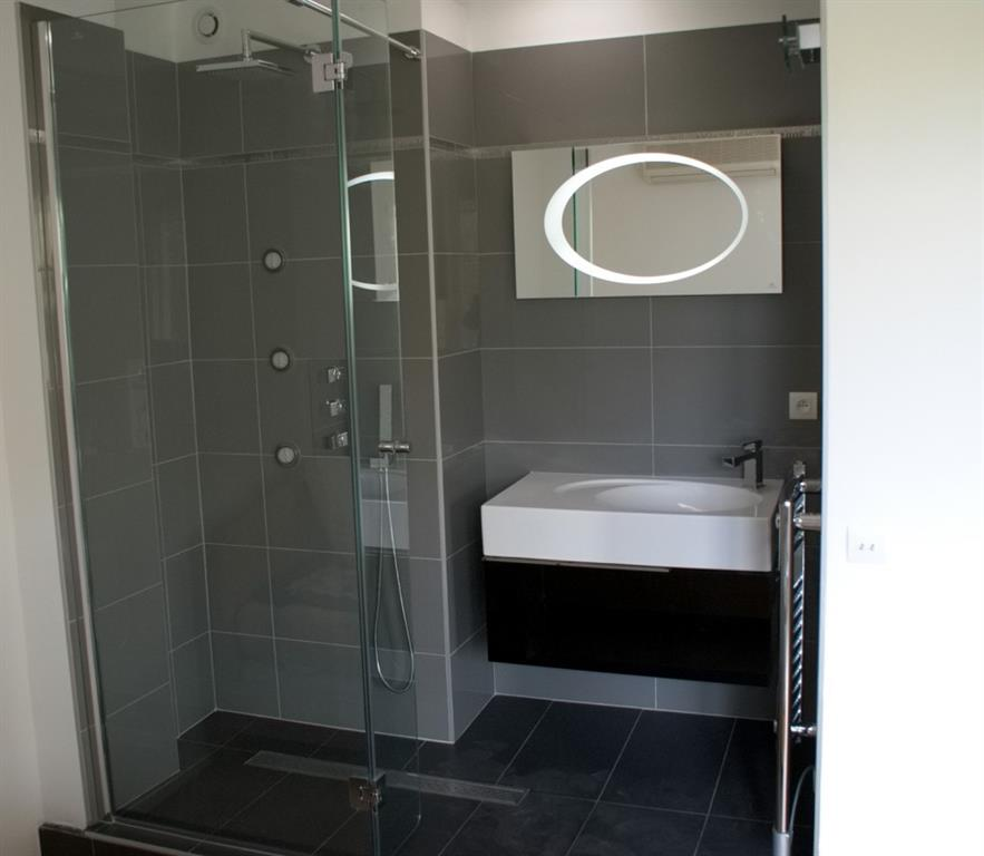 Salle de bain carrel e grise et noire mg cr ation photo n 57 - Modele de salle de bain carrelee ...