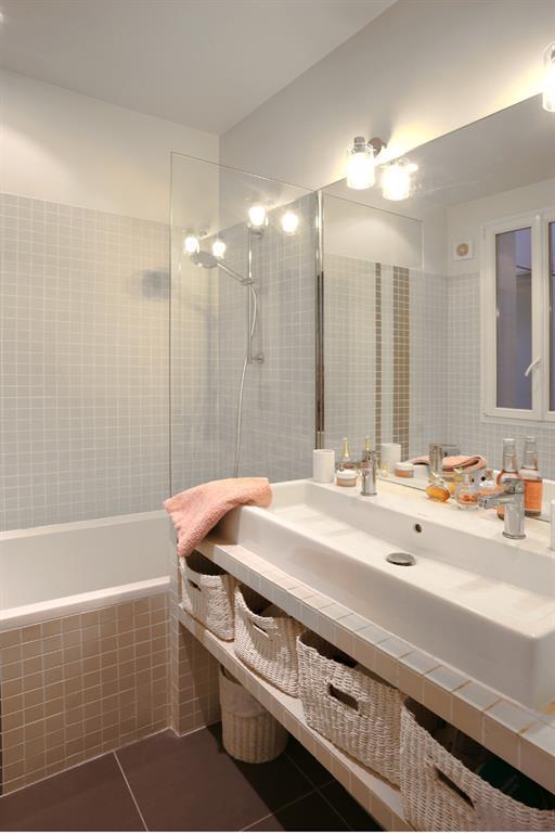 image jolie salle de bain avec mosaque beige ros les murs ont des oreilles