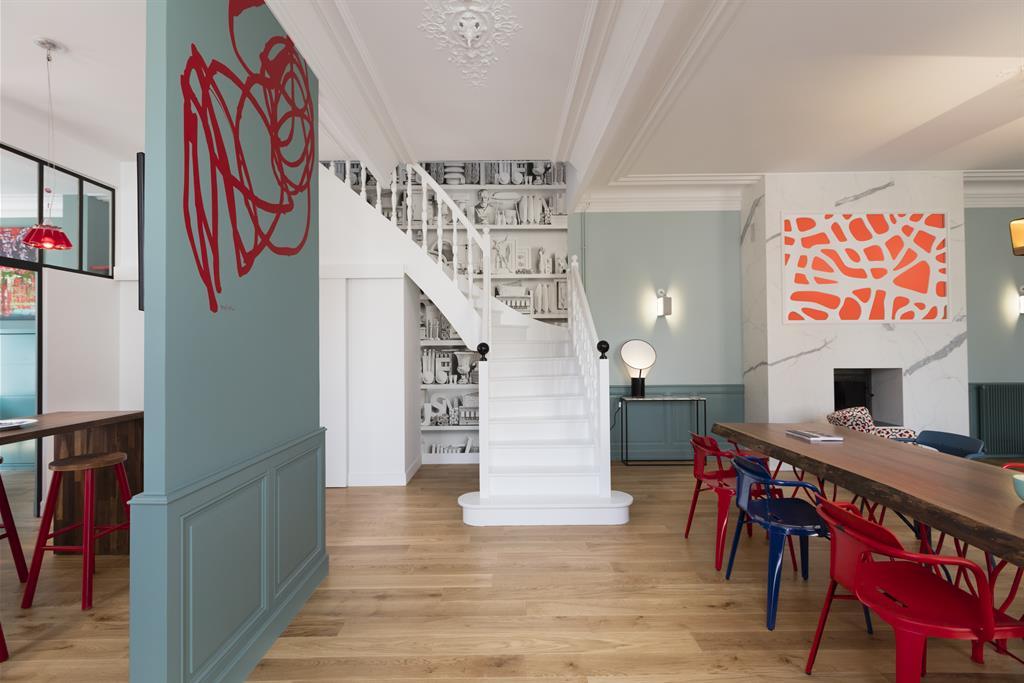 Image L'escalier entièrement blanc est mis en valeur