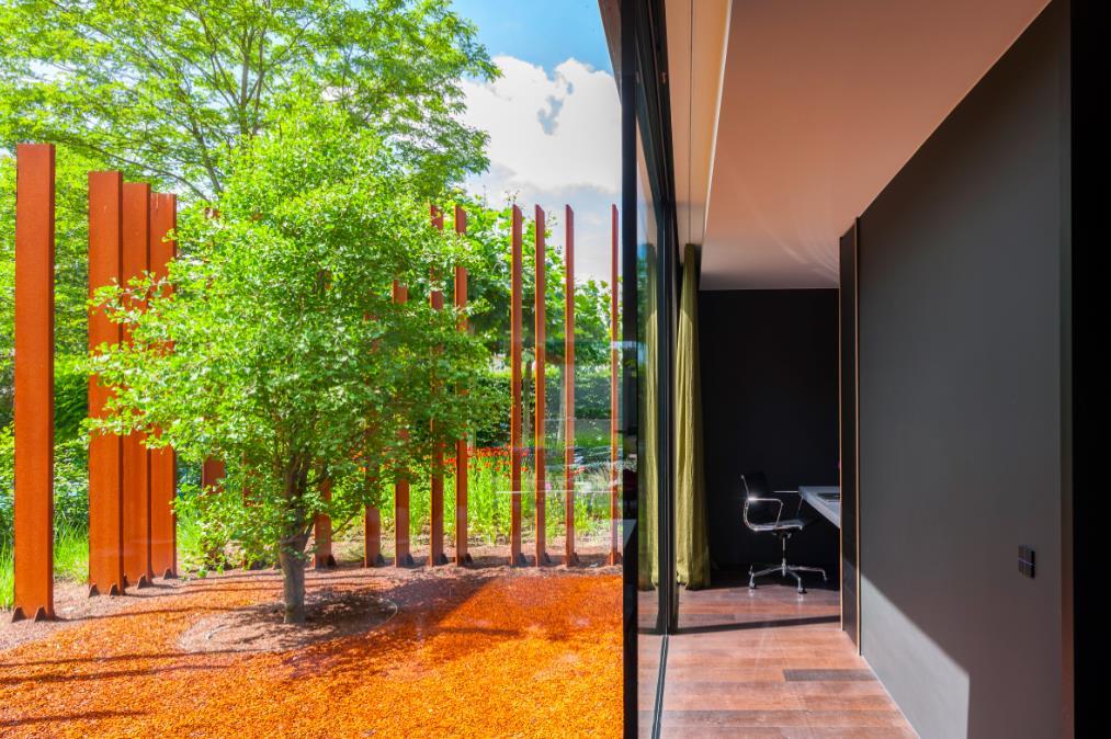 la maison corten en acier rouill par le cabinet d 39 architecture dmoa ouvre ses portes au public. Black Bedroom Furniture Sets. Home Design Ideas