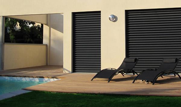 Zoom sur terrasse en bois avec transat au bord de la piscine
