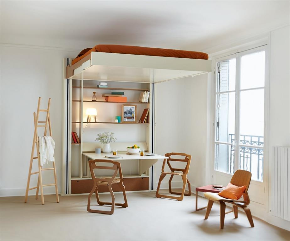 Un lit qui se range électriquement au plafond pour libérer la surface