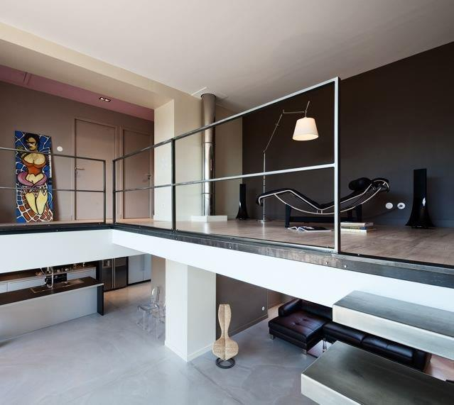 mezzanine avec acc s aux chambres et salles de bain. Black Bedroom Furniture Sets. Home Design Ideas