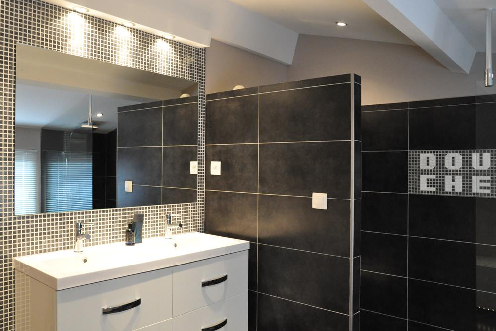 Salle de bain contemporaine avec meuble double vasque suspendu et un grand mi - Meuble salle de bain design contemporain ...