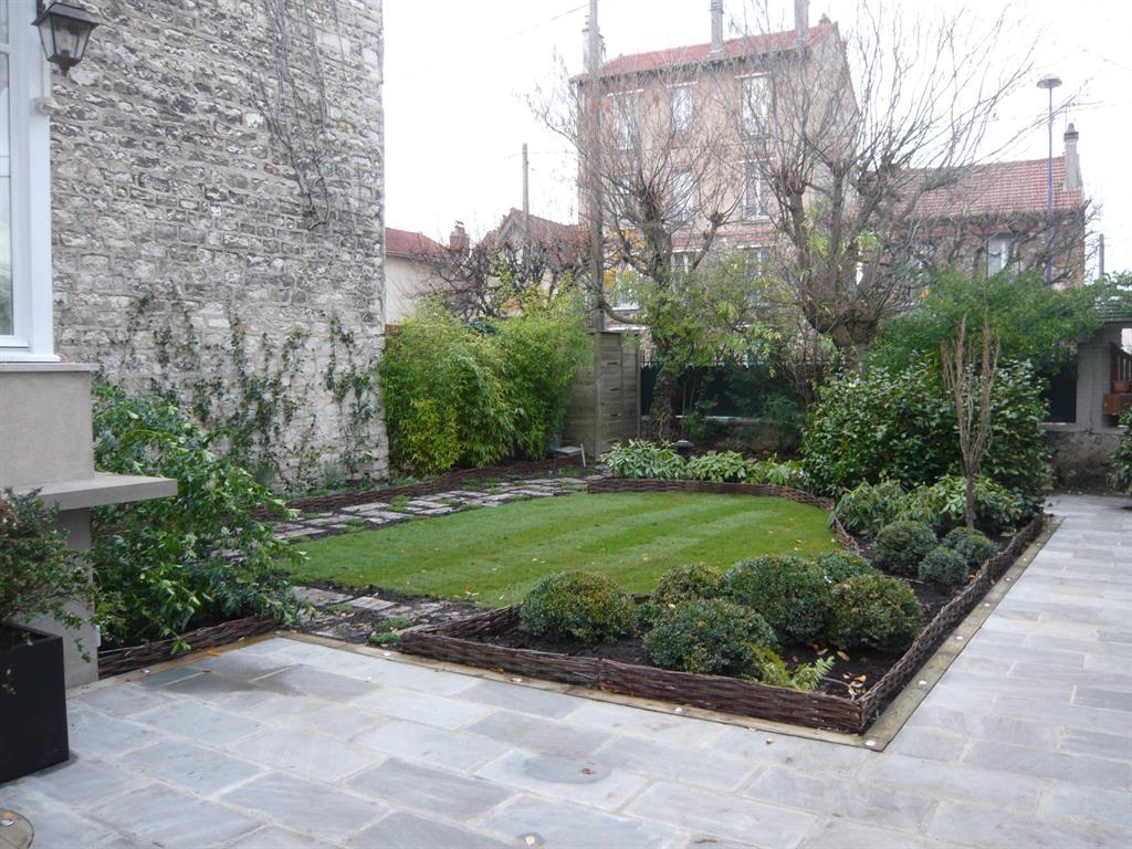 Végétation variée dans ce jardin composée de buis boules