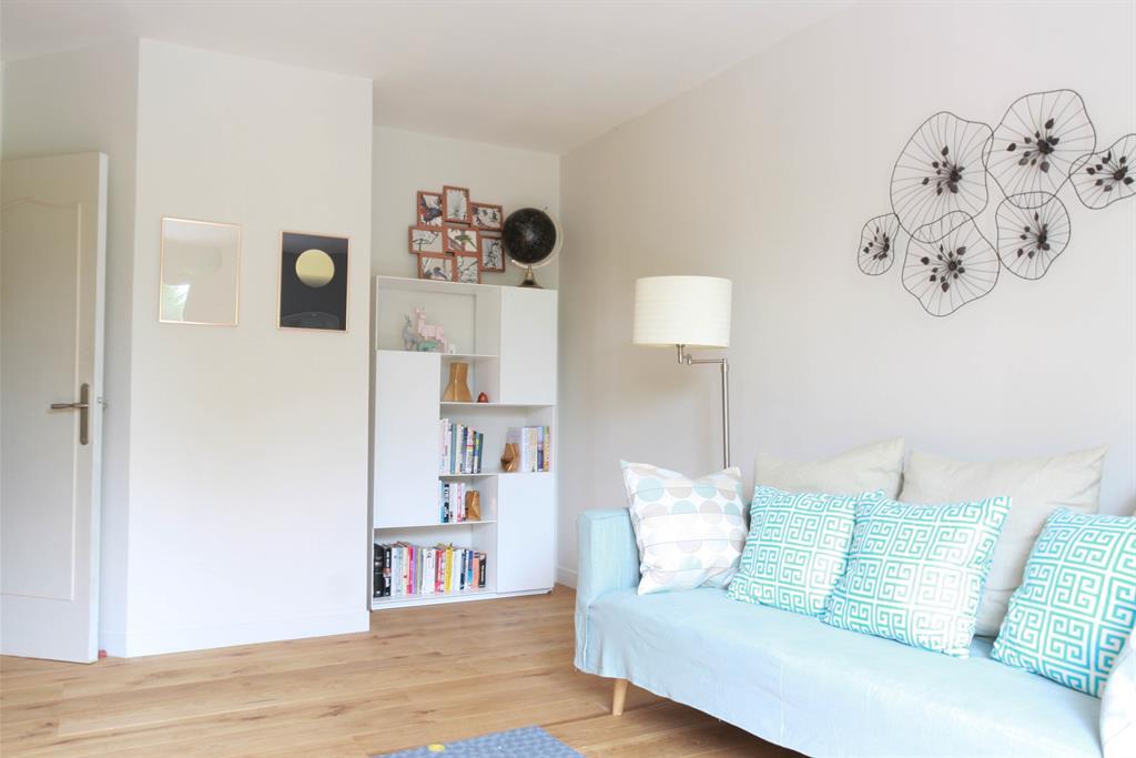 salon pur avec parquet et touche de bleu lara stancich interior design. Black Bedroom Furniture Sets. Home Design Ideas