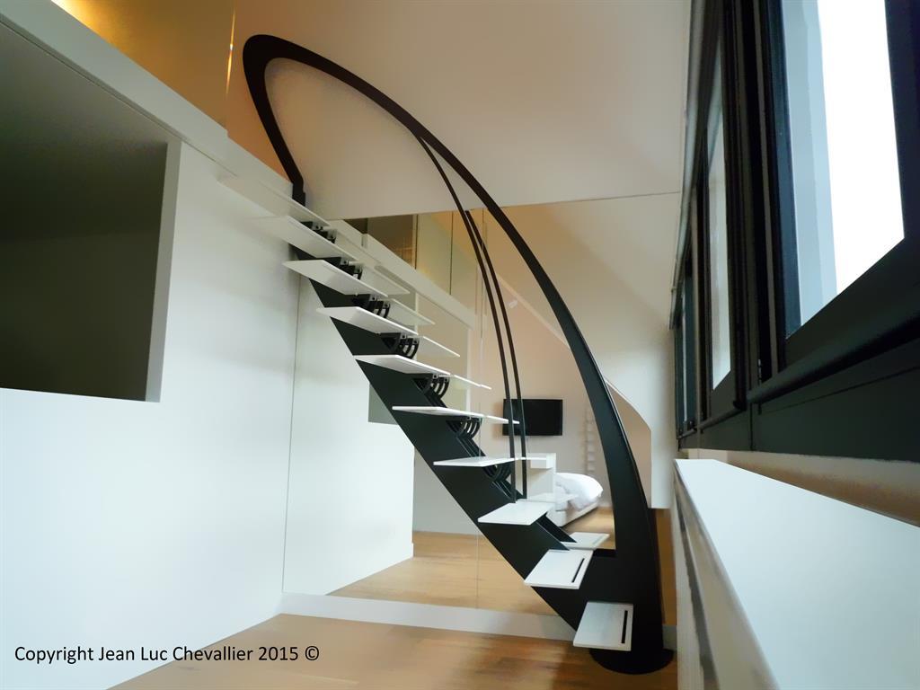 Cet escalier design profil aux marches suspendues et d'inspiration Art Nouveau