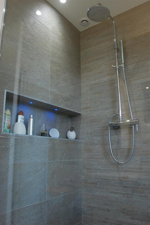 douche italienne et niche avec incrustation de leds - Niche De Salle De Bain