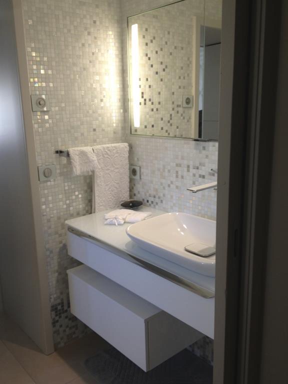 Salle de bain blanche INSPIRATIONS D\'INTERIEURS Architecture ...