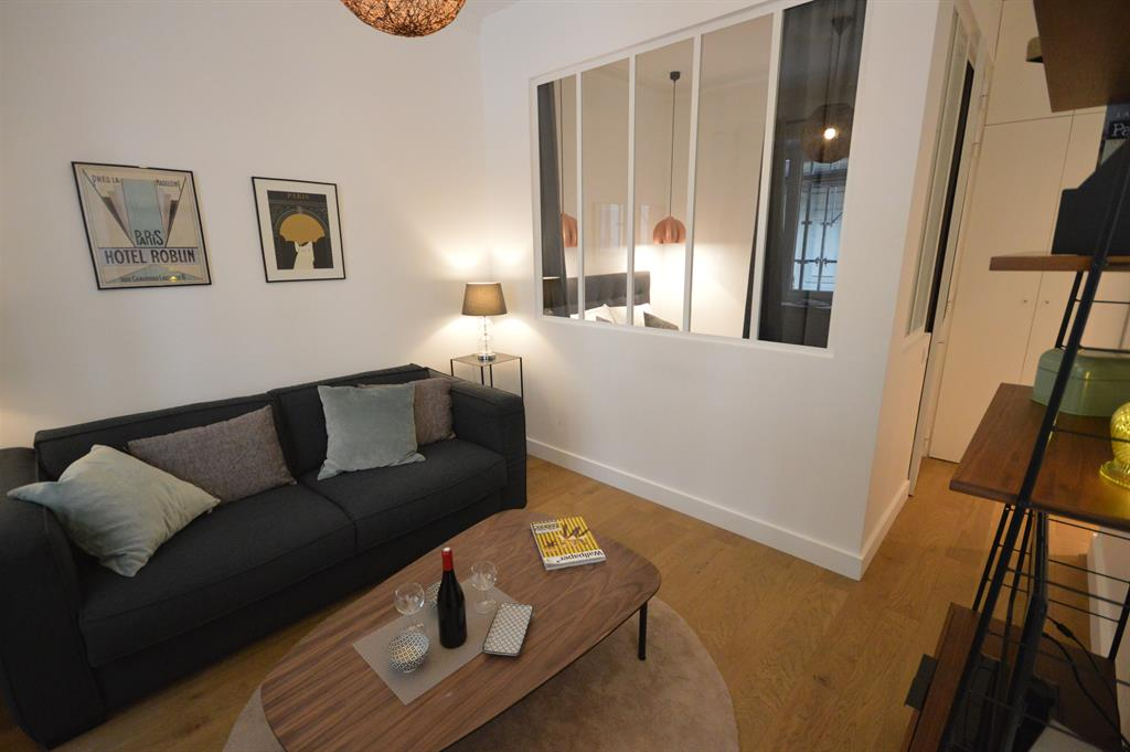 cloison s paratrice entre le s jour et la chambre quipp e. Black Bedroom Furniture Sets. Home Design Ideas