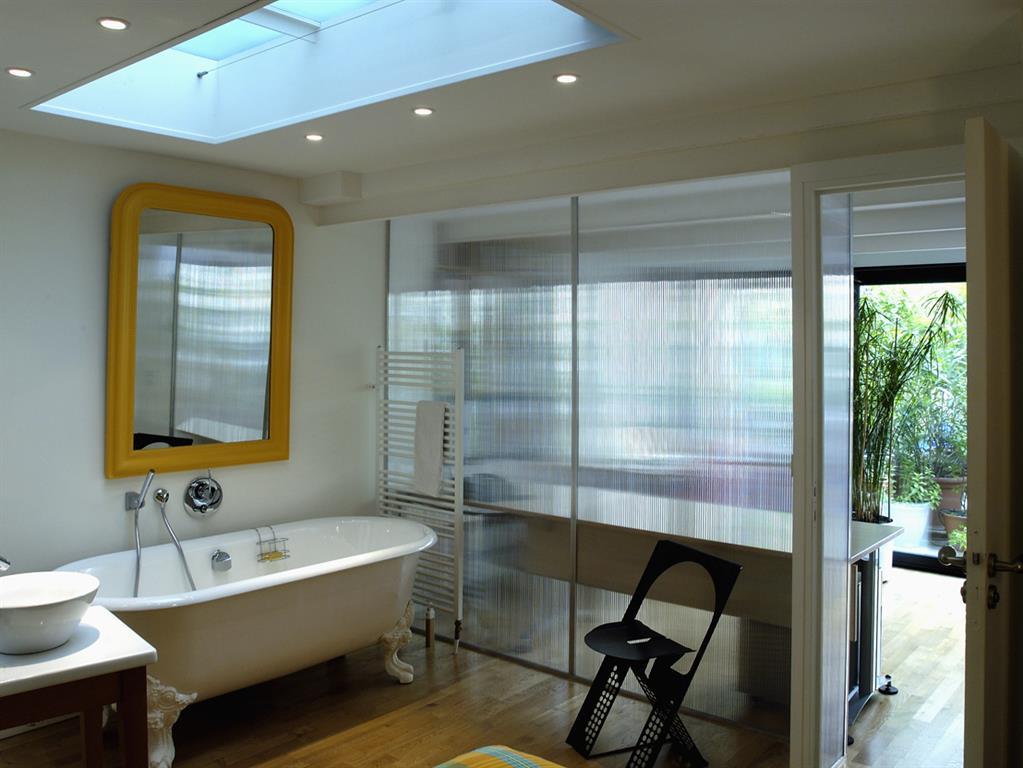 la salle de bain est ouverte sur la chambre fables de murs. Black Bedroom Furniture Sets. Home Design Ideas