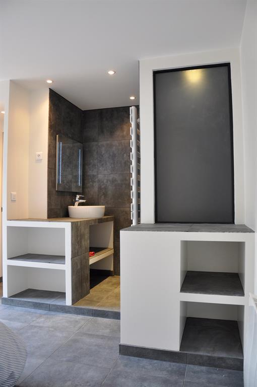 Une salle d'eau dans la chambre