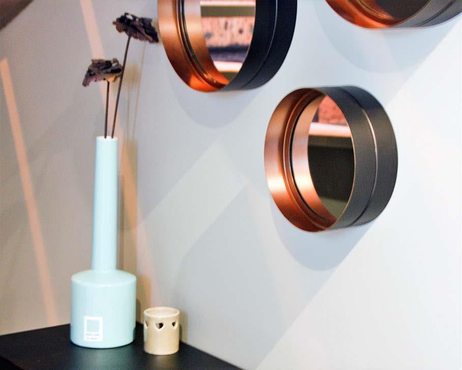 Hall d'accueil avec console acier et série de miroirs ronds