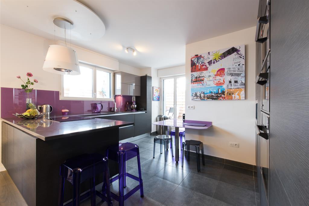 Cuisine moderne en acier et violet
