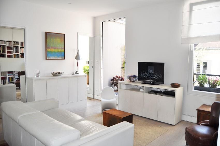 Salon blanc à la fraicheur moderne avec meubles blancs et canapé