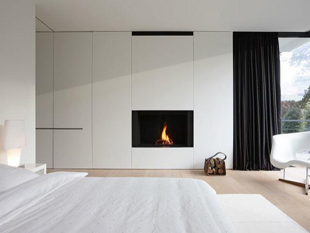 Chambre contemporaine blanche avec panneau de placards muraux et chemin e design - Placard moderne chambre ...