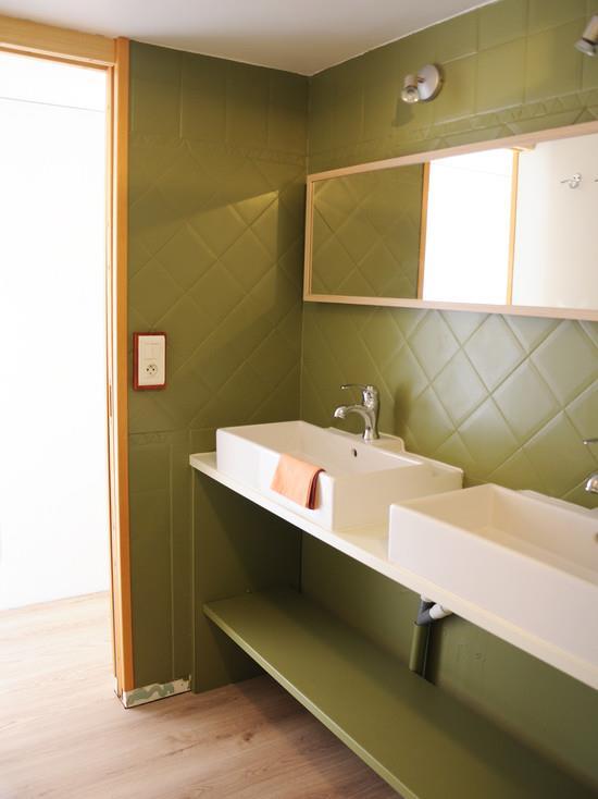 Salle de bain kaki et bois