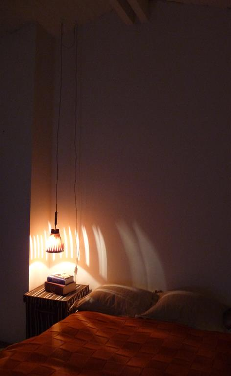 Suspension Volupte 16 en éclairage de chevet sur haut plafond mansardé