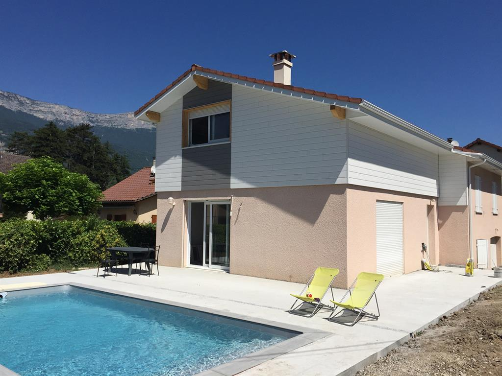 Maison rose et blanche avec piscine COMPAGNIE DES CREATEURS