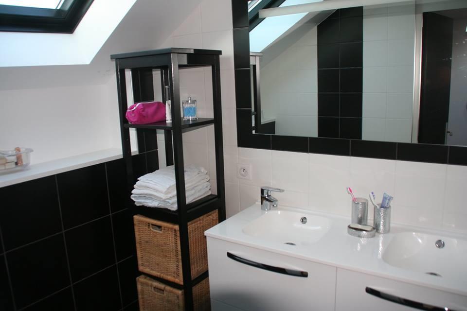 Salle de bain moderne noire et blanche osez d corer for Decorer une salle de bain blanche