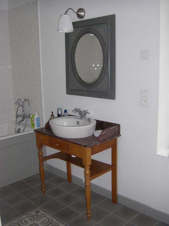 Le petit meuble sous vasque l 39 ancienne avec son plateau de marbre - Meuble sous lavabo ancien ...