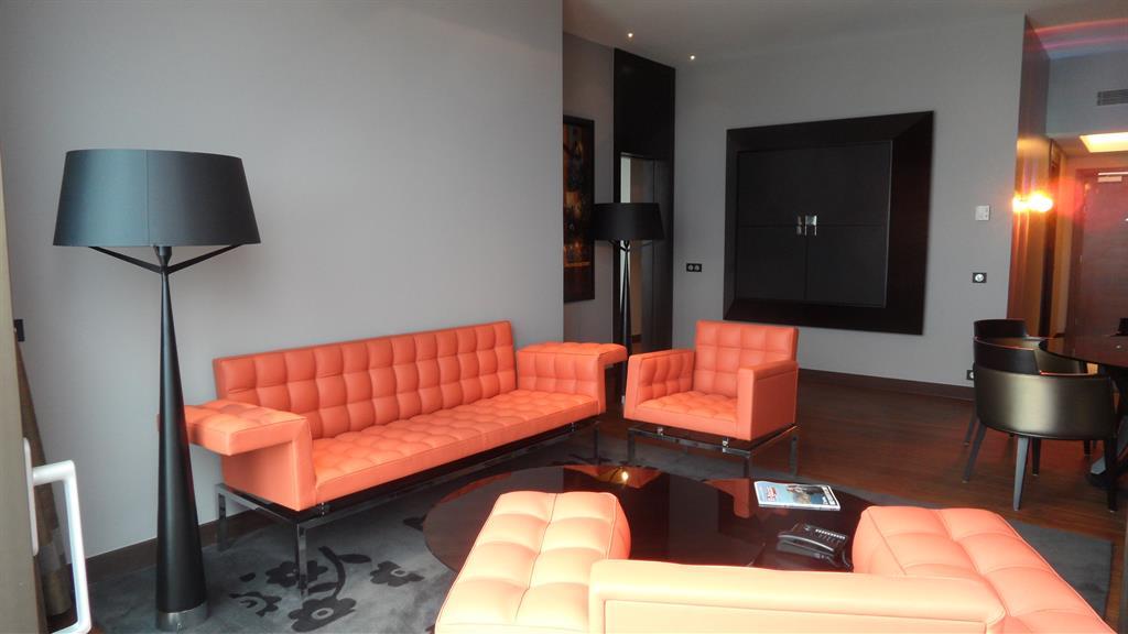 salon aux canap s en cuir capitonn couleur corail. Black Bedroom Furniture Sets. Home Design Ideas