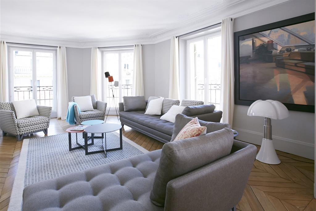 Grand salon moderne dans les tons gris bertille bosset for Photo salon moderne