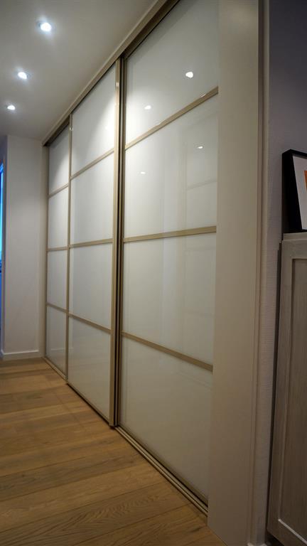 Couloir avec placards de rangement