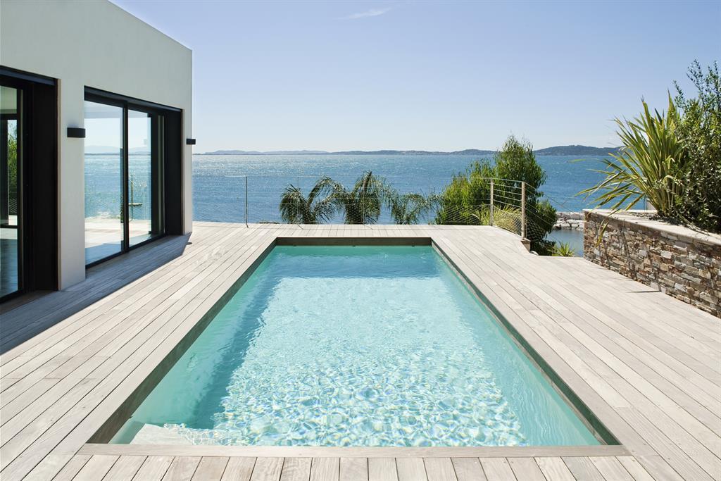 Piscine et terrasse directement sur la mer