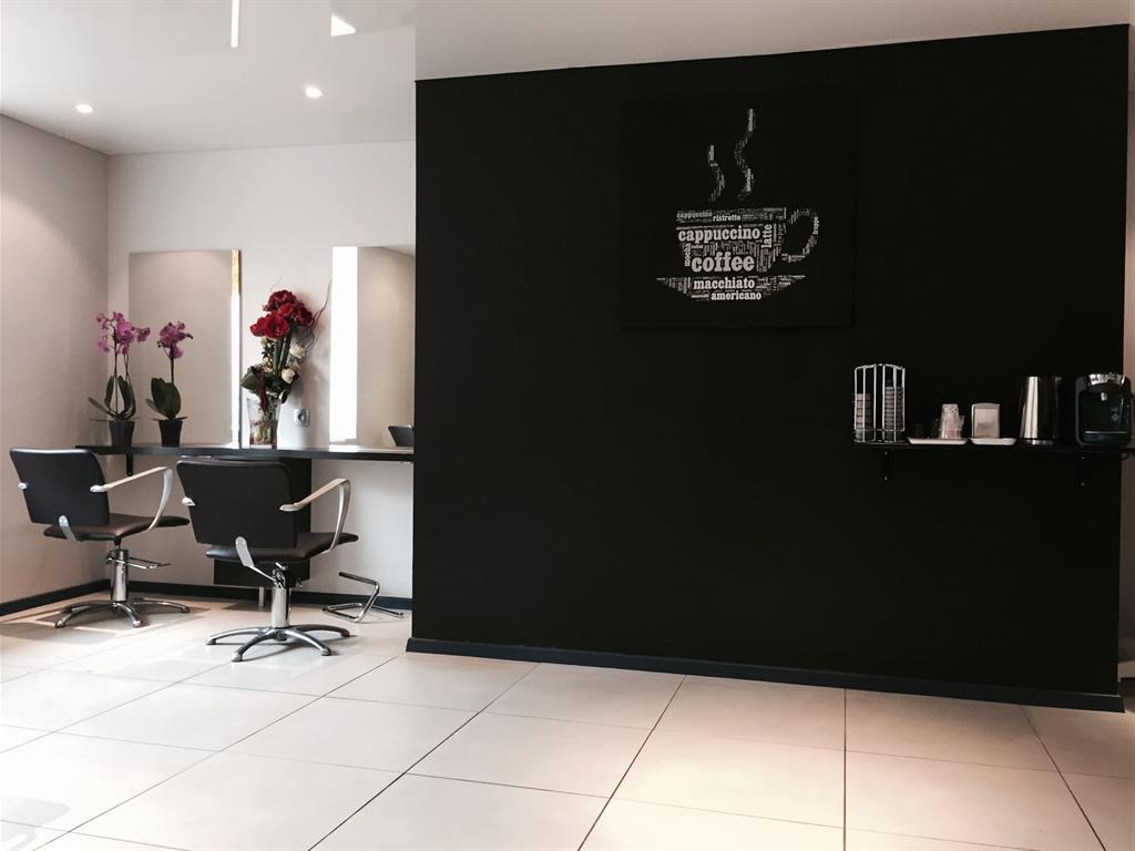 Salon de coiffure sobre et élégant en noir et blanc