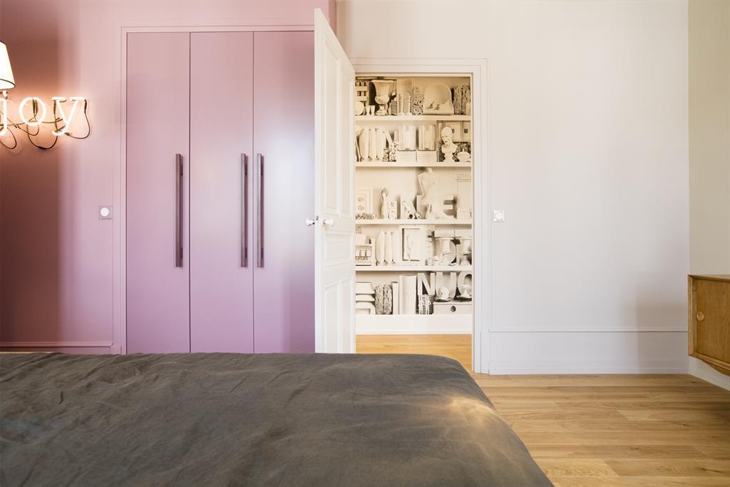 rangement et mur rose p le pour une douceur adapt e une chambre. Black Bedroom Furniture Sets. Home Design Ideas