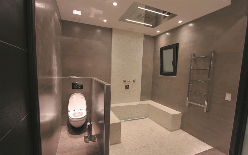 douche pluie dans salle de bain chic les bains et cuisines. Black Bedroom Furniture Sets. Home Design Ideas