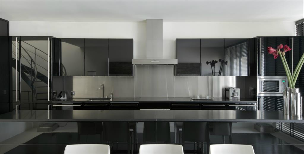Cuisine contemporaine chic par le noir et blanc maison dupin - Photos de cuisines contemporaines ...