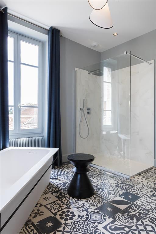 Salle de bain monochrome avec douche à l\'italienne et ...