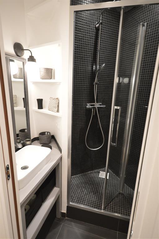 petite salle d 39 eau avec douche et lavabo parisdinterieur. Black Bedroom Furniture Sets. Home Design Ideas