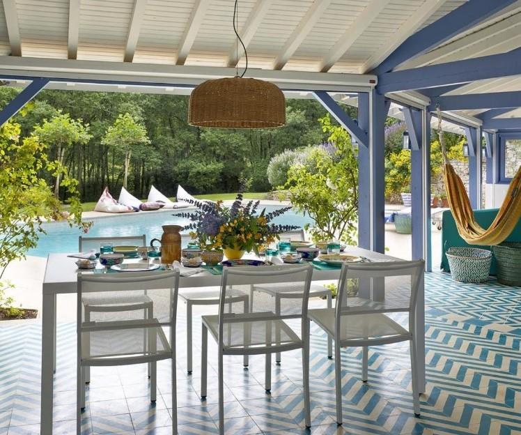 Terrasse abritée déco d\'été en bleu et blanc avec salle à manger d ...
