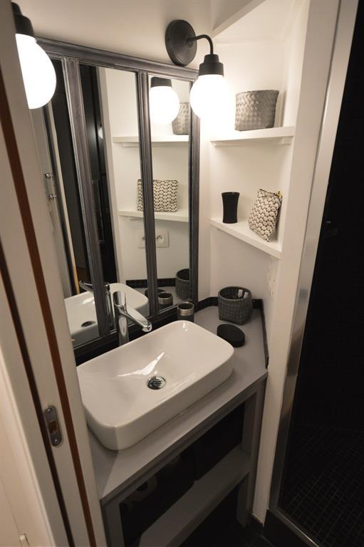 Petite salle d 39 eau optimis e avec de nombreux rangements - Photo petite salle de bain moderne ...