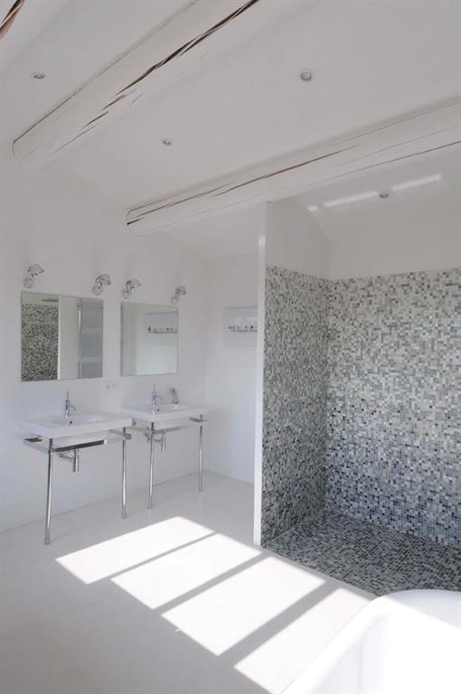 Image Le style contemporain de la salle de bain s'invite dans un cadre Au Temps des Bastides
