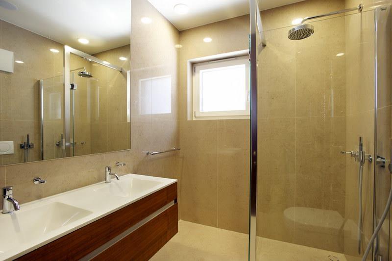 Salle de bain moderne avec douche l 39 italienne et lumi re naturelle - Lumiere douche italienne ...