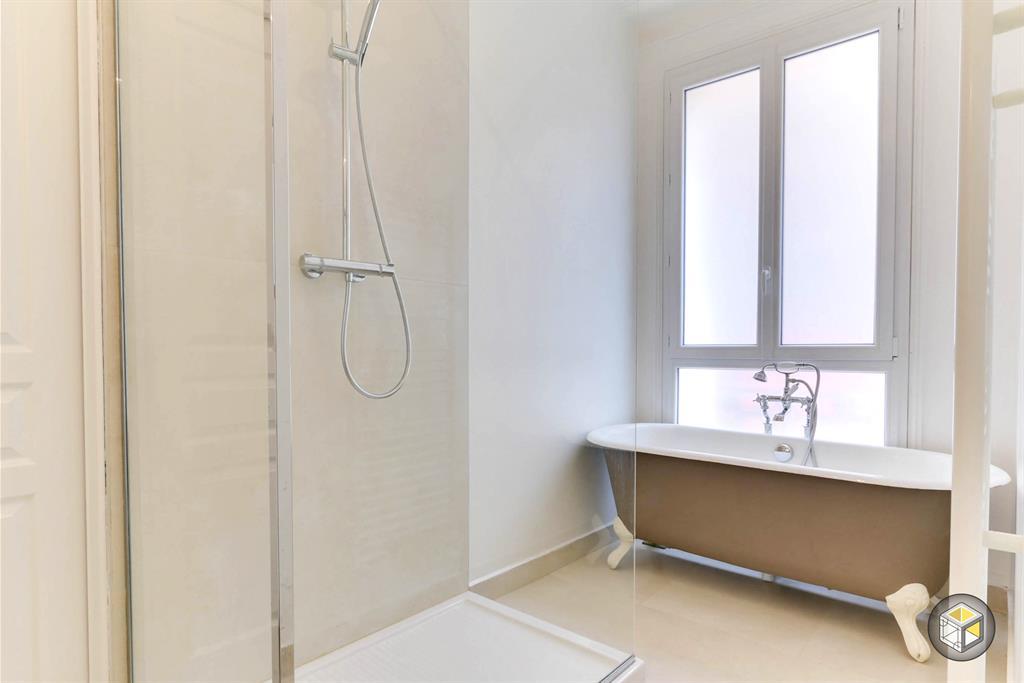 Salle de bain moderne avec douche à l\'italienne et baignoire ...