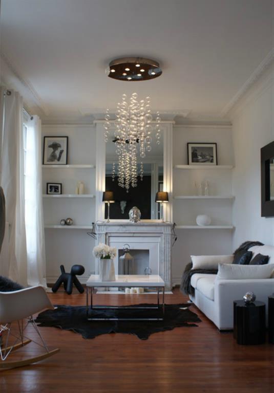 Salon haussmannien avec chemin e de marbre surmont e d 39 un miroir for Photo salon avec cheminee moderne