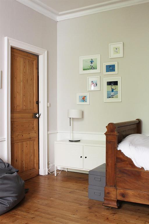 Le bois est l'élément fort de cette chambre d'enfant aménagée dans un intérieur ancien.