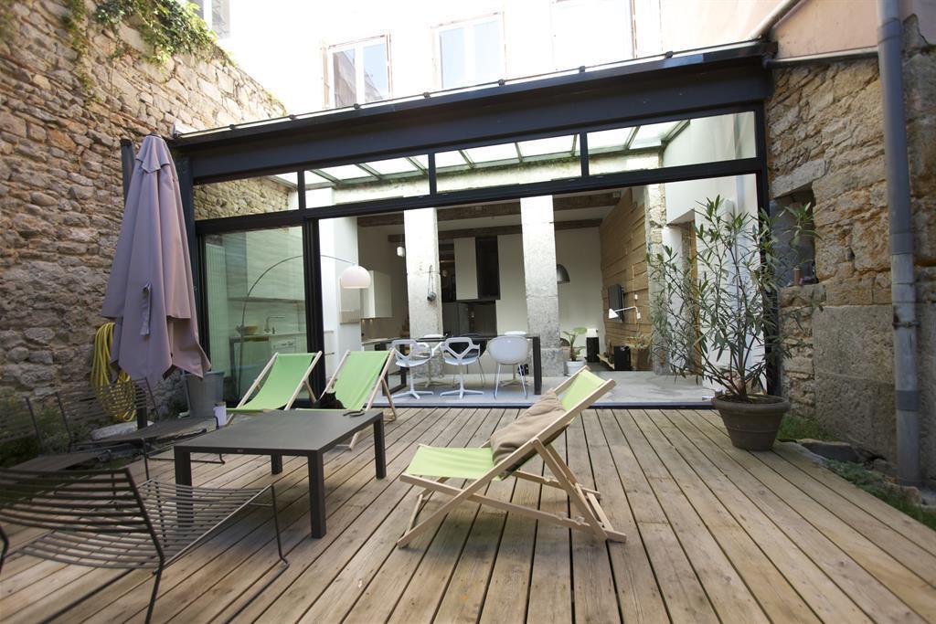 Vue sur la terrasse en bois, salon d'été