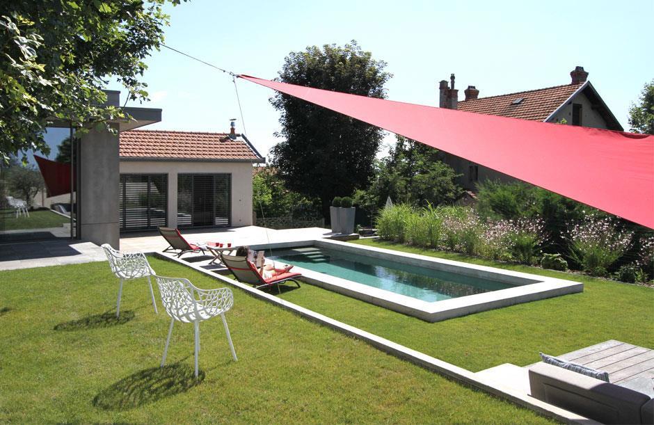 Piscine et toile tendue pour faire de l\'ombre en terrasse