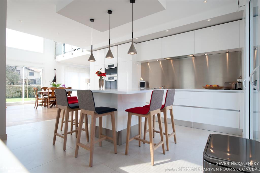 pi ce vivre avec lot central de cuisine et chaises de bar. Black Bedroom Furniture Sets. Home Design Ideas