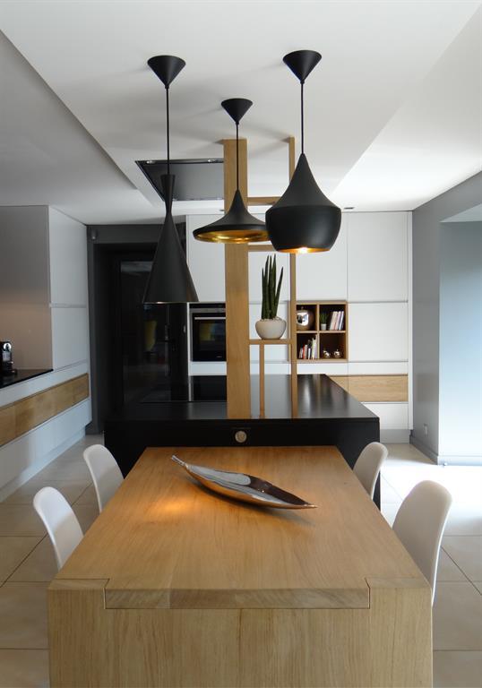 Image Cuisine contemporaine opposant les surfaces lisses à la chaleur du bois Un Amour de Maison
