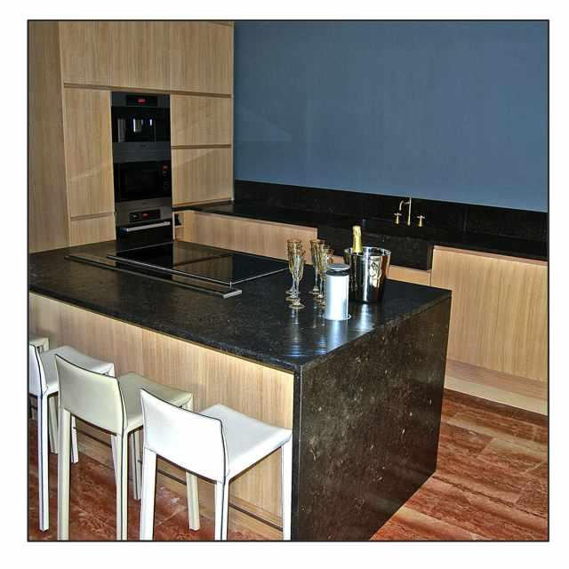 Cuisine contemporaine en bois et marbre noir LES ATELIERS DE LINTEMPOREL