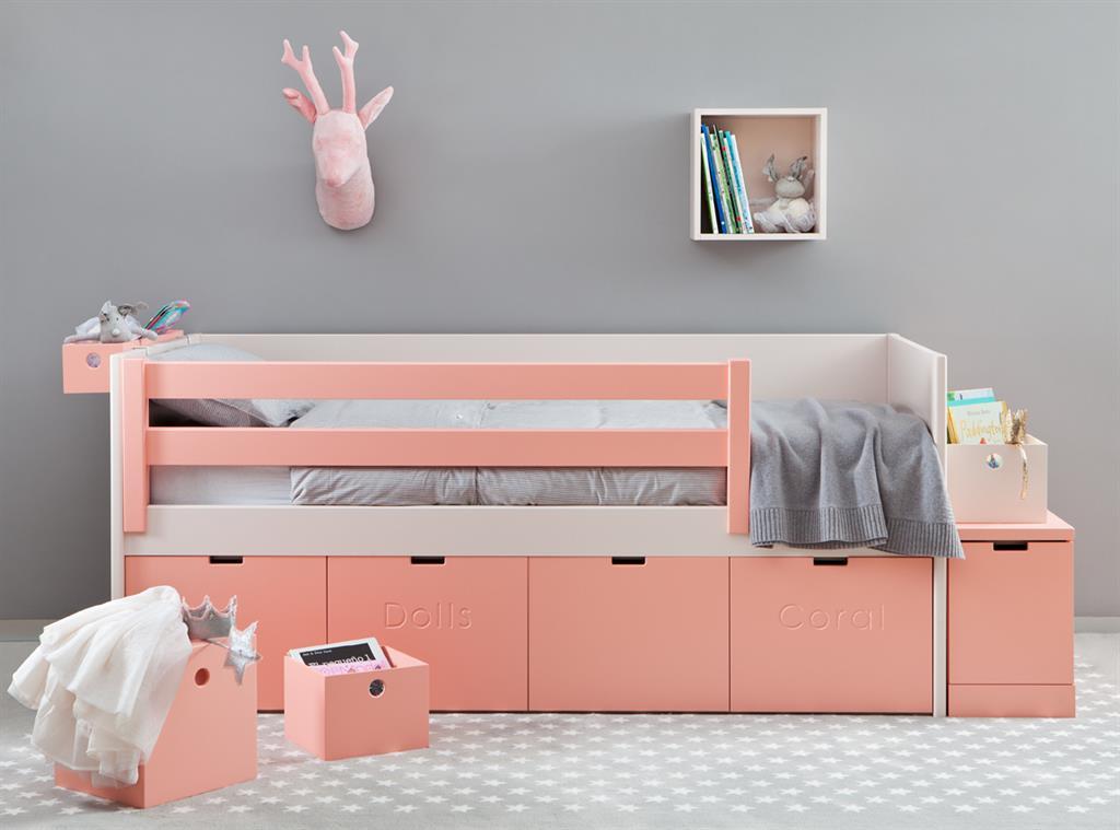 Lit en bois rose avec rangements pour chambre d\'enfant
