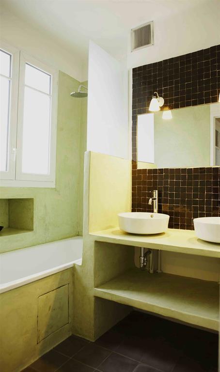 Salle de bain traditionnelle en pierre et faïence noire